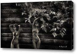 Две девушки на фоне бревенчатой стены в листве