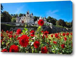 Постер Замок Юссе, долина Луары, Франция летним солнечным днем на фоне цветущих красных георгинов